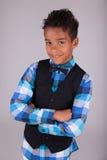 一个逗人喜爱的非裔美国人的小男孩的纵向有被交叉的双臂的 免版税库存图片