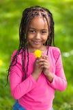 一个逗人喜爱的年轻黑人女孩的室外画象-非洲人民 库存图片