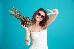 一个逗人喜爱的年轻夏天女孩的画象太阳镜的 库存照片