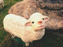 一个逗人喜爱的绵羊玩偶 免版税库存图片