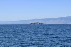 一个遥远的海岛的看法贝加尔湖的 免版税库存图片