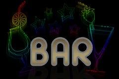 一个酒吧的一个标志与鸡尾酒和霓虹星 库存照片