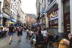 一个酒吧的人们在一条街道上在布鲁塞尔,比利时 库存图片