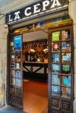 一个酒吧的看法与传统pinchos的在圣塞瓦斯蒂安,巴斯克地区,西班牙 Pinchos Pintxos是传统的 免版税库存照片