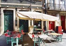 一个酒吧的空的大阳台与sunbeds的在花一典型的商务在波尔图的中心 免版税库存照片