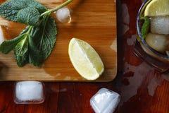 一个酒精鸡尾酒的成份:冰,薄菏,柠檬,石灰 兰姆酒,威士忌酒,科涅克白兰地 免版税库存图片