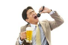 一个醉酒的人的画象卡拉OK演唱的 免版税图库摄影