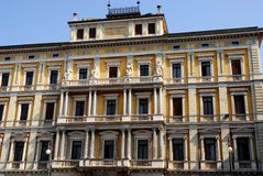 一个重要大厦的门面的中央部分在的里雅斯特在弗留利Venezia朱莉娅(意大利) 免版税图库摄影
