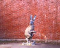 一个野兔雕塑的美丽的照片在野兔的 免版税库存图片