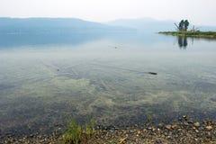 一个野营地的湖在朦胧的天气 免版税库存图片