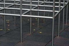 一个金属框架的特写镜头视图在儿童操场 库存照片