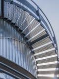 一个金属楼梯的看法与扶手栏杆的 免版税库存照片