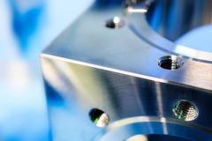 一个金属立方体的片段与孔和公尺螺纹的 图库摄影