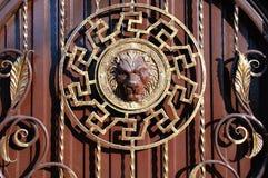 一个金属门的片段有伪造的装饰的元素的 库存图片