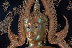 一个金菩萨雕象在帕府,泰国 免版税库存图片