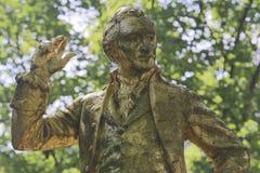 一个金隐蔽的雕象ofThomas潘恩在Parc Montsourisalong被找到在第14 arr的大道Jourdan ;inscriptio 免版税库存照片