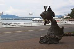 一个金鱼的雕塑在Gelendzhik江边游览城市的 免版税库存照片