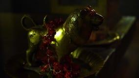 一个金黄狮子小雕象 股票视频