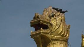 一个金黄狮子雕象的头 影视素材