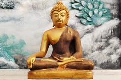 一个金黄菩萨雕象的图象 免版税库存照片