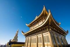 一个金黄寺庙在峨眉山顶部 图库摄影