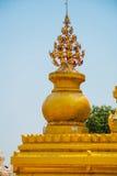 一个金黄花瓶 Kuthodaw塔在曼德勒,缅甸 缅甸 免版税库存照片