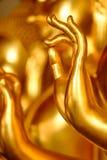 一个金黄菩萨雕象的手 免版税库存照片