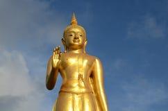 一个金黄菩萨雕象 免版税库存照片