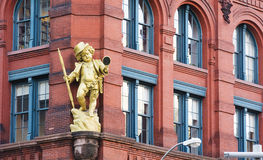 一个金黄顽童小雕象 免版税图库摄影