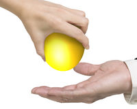 给一个金黄鸡蛋的手 免版税库存图片