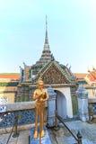 一个金黄Kinnari雕象att他鲜绿色菩萨(曼谷玉佛寺)的寺庙,曼谷,泰国 免版税库存图片