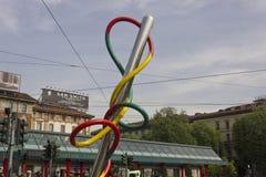 一个针和威胁的巨型雕塑在广场Cadorna在米兰 免版税库存照片