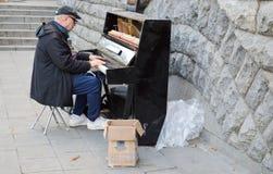 一个钢琴演奏家在中心弹钢琴 基辅 乌克兰 2017年 10 免版税库存图片