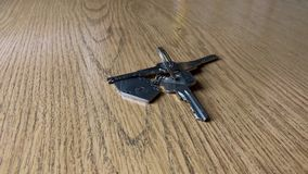 一个钥匙串在桌上的 影视素材