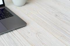 一个键盘的特写镜头图片有电话和计算机膝上型计算机的t 免版税图库摄影
