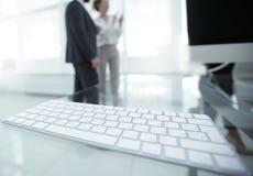 一个键盘的特写镜头在桌面上的 免版税库存图片