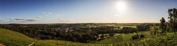 一个镇的全景在Mt Gambieron附近的南澳大利亚通往维多利亚,澳大利亚的道路 库存照片