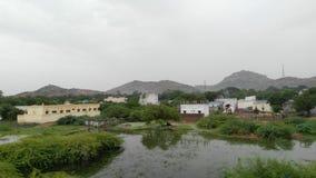 一个镇的Landescape视图反对山和水库的 免版税库存照片
