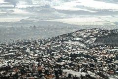 一个镇的Panoramicl视图在冬天以烟雾 免版税库存图片