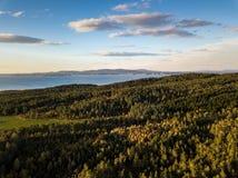 一个镇静晴朗的秋天晚上的寄生虫摄影在挪威计数的 库存图片