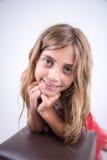 一个镇静表示的微笑的女孩 免版税图库摄影