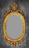 一个镜子的古板的镀金面框架在一个混凝土墙上 免版税库存照片