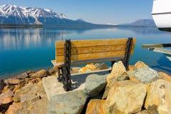 一个长凳俯视的atlin湖在北加拿大 免版税库存图片