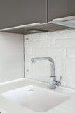 一个长方形设计师厨房水槽的细节与镀铬物水龙头的 免版税库存图片