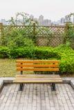 一个长木凳在屋顶大阳台的一个庭院里 免版税库存照片