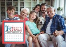 一个长沙发的微笑的家庭的7月4日 库存图片