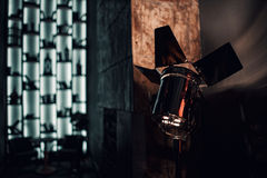 一个长的走廊,在豪宅的葡萄酒高门转换了成夜总会 顶楼样式 免版税库存照片