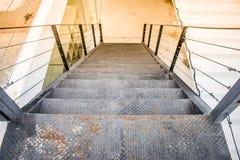 一个长的金属台阶的顶视图关闭在外部建筑学的大厦之外 库存照片