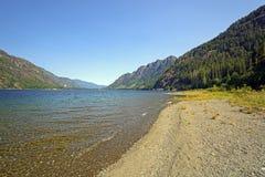 一个长的Mountain湖的海岸线视图 库存图片