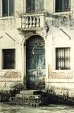 一个门的葡萄酒图象在威尼斯运河的 库存图片